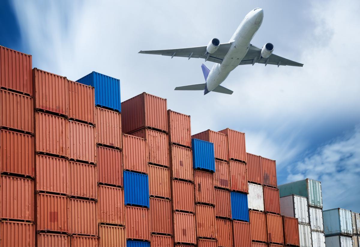 """""""การขนส่งทางอากาศมีความสำคัญมากในปัจจุบัน โดยเฉพาะการขนส่ง ระหว่างประเทศเพราะทำการขนส่งได้รวดเร็วกว่าการขนส่งประเภทอื่น ๆ ไม่เสียเวลาใน การขนส่งนาน ..."""